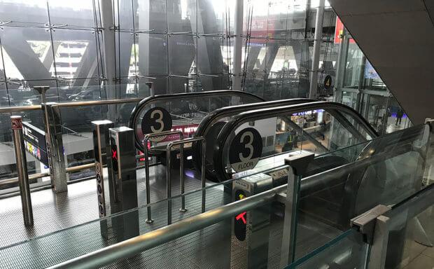 クアラルンプール国際空港内3階のエスカレーター